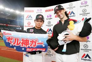 6月に長男が誕生したボルシンガー(右)は、マスコット人形でゆりかごポーズ(左は田村=カメラ・相川 和寛)