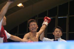 元世界王者のオーレドンを7回終了TKOで破り、笑顔の清瀬天太(中)。世界ランク入りが見えてきた