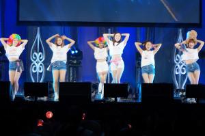 アンコールで歌う「April」の(左から)チェギョン、チェウォン、ナウン、ジンソル、イェナ、レイチェル