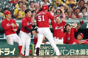 本塁打を放った鈴木(左から3人目)とタッチをかわす菊池(同4人目)