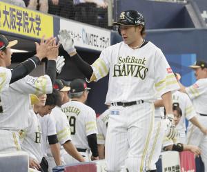 24日ロッテ戦で本塁打を放ちベンチでナインに迎えられる柳田