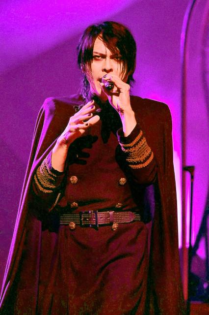 都内でデビュー30周年を締めくくる全国ツアー最終公演を行ったBUCK-TICKのボーカル・櫻井敦司
