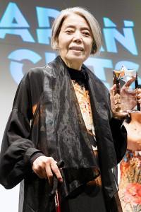 贈られたトロフィーを見せる樹木希林(C)Mike Nogami/Japan Society