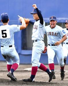 南大阪大会で優勝を決め、喜ぶ大石(左から2人目)ら近大付の選手たち