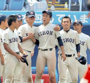 サヨナラ負けを喫した日大鶴ケ丘・勝又(中)はナインからねぎらいを受ける