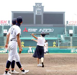 甲子園見学でバッターボックスに立ち、バットを振った白山・川本牧子部長