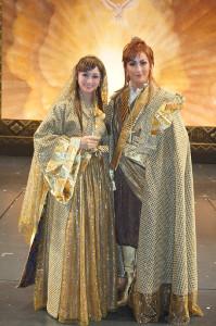 終演後に舞台上で会見した聖乃あすか(右)と舞空瞳