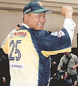BC栃木の入団会見を行い背番号25のユニホーム姿を披露する村田修一