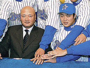 横浜の新入団発表で山下大輔監督(左)と村田修一