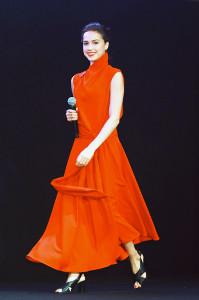 深紅のドレス姿で登場したザギトワ(カメラ・小泉 洋樹)