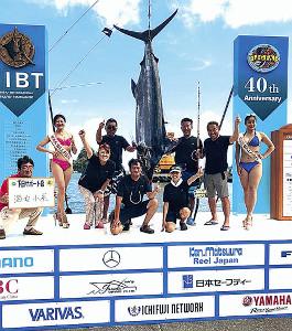 カジキ釣り大会に参加した邦ちゃん(左から3番目)