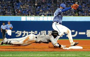 6回無死、吉川尚は内野安打で一塁にヘッドスライディング(右は浜口=カメラ・清水 武)