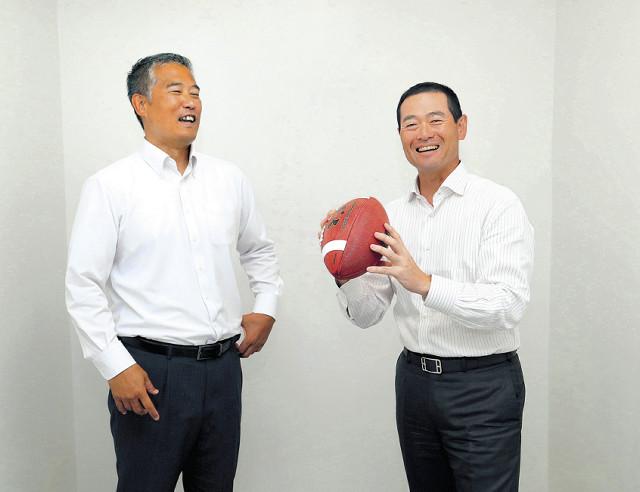「アメフトなら、桑田さんはクオーターバック。すごいボールを投げそうです」と森コーチ。投げ方を教わる桑田氏(カメラ・橋口 真)