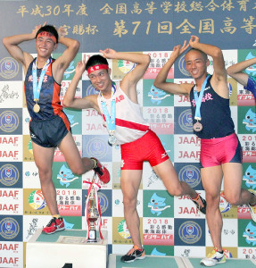 記念撮影でポーズを取る北海道栄・森(左)