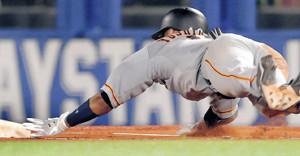 1日の試合の6回、一塁にヘッドスライディングした際に左手を骨折した吉川尚