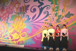 宝塚大劇場の新緞帳「Forever」のお披露目式に出席した宝塚歌劇月組の(左から)憧花ゆりの、珠城りょう、愛希れいか、月城かなと
