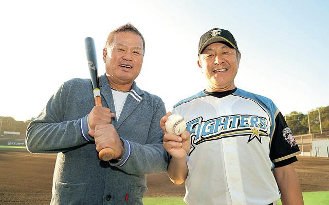 バットとボールを手にグラウンドに立つ金村氏(左)と荒木2軍監督(カメラ・酒井 悠一)