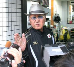 自宅近くの理髪店の前で取材に応じる日本ボクシング連盟の山根会長(カメラ・田村 龍一)