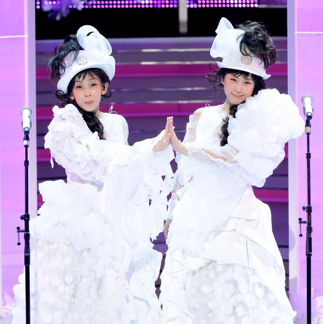 10年ぶりにに一夜限りの復活を果たした「Wink」の相田翔子(右)、鈴木早智子