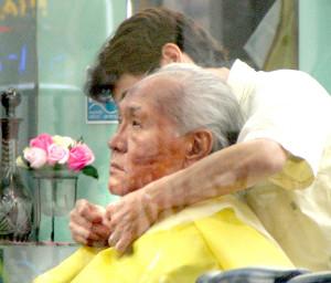 理髪店で散髪する山根会長