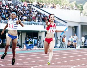 優勝のゴールに飛び込んだ立命館慶祥のアンカー松田(右)は、笑顔でガッツポーズ