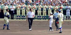 始球式に登場した松井秀喜さんと拍手を送る星稜ナイン