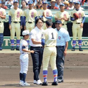 始球式を行った星稜出身の松井秀喜氏は、先発投手の奥川〈1〉と握手を交わした(カメラ・石田 順平)