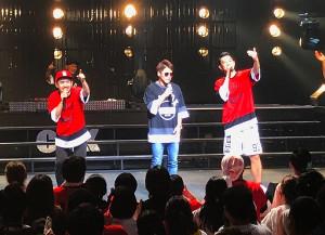 佐賀市民文化会館で行われた「C&K」の公演にサプライズ出演した井上尚弥(中)。左はCLIEVY、右はKEEN。