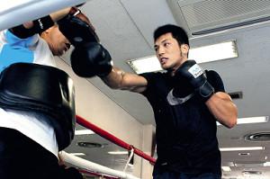 ミット打ちで右ストレートを放つ村田諒太
