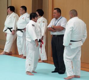 山下泰裕会長(右から2人目)からアドバイスを受ける素根輝(中)