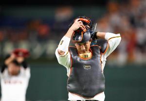 真剣な表情でマスクをかぶる小林誠司