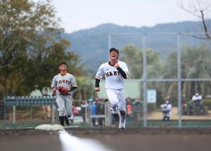今年の宮崎キャンプで、幸せそうな笑顔で練習する小林誠司