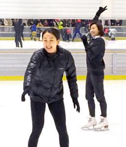 スケート教室で子供を指導する浅田真央さん(左)と舞さん