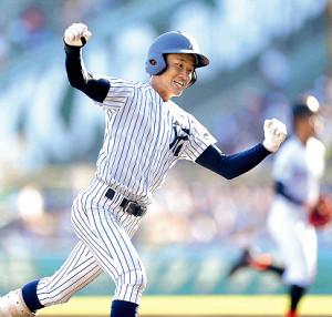 4回無死二塁、中越えに2点本塁打を放った常葉大菊川の1番・奈良間大己は三塁を回りガッツポーズ(カメラ・泉 貫太)