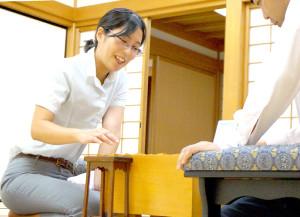 終局後、増田裕司六段(右)との感想戦で笑顔を見せる里見香奈女流名人