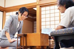 終局後の感想戦で、福崎文吾九段(右)のジョークに笑顔の里見香奈女流名人