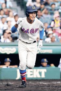 8回2死一、二塁、右翼線に逆転の2点二塁打を放ち、ガッツポーズする花咲徳栄・井上