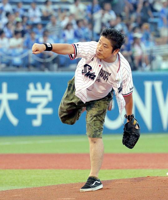 始球式をするプロインタビューアーの吉田豪