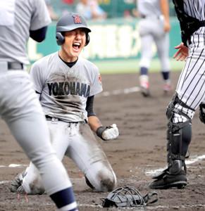 5回1死、右翼フェンス直撃の当たりをランニング本塁打にした横浜の内海が、本塁で絶叫しガッツポーズ(カメラ・泉 貫太)
