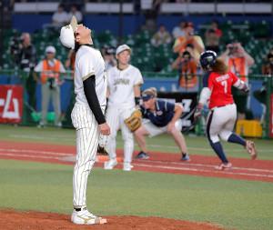 10回2死二、三塁、スチュワート(右)にサヨナラ打を打たれた上野
