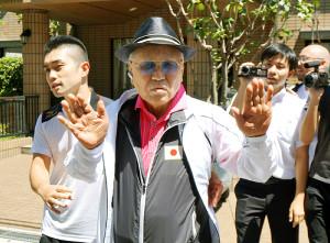 自宅から外出する日本ボクシング連盟前会長・山根明氏