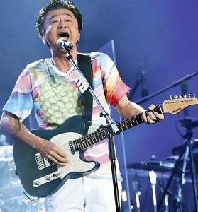 ギターを弾きながら熱唱するサザンオールスターズの桑田佳祐