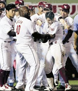 12回1死一塁、茂木(右から2人目)がサヨナラ2ランを放ち、手荒い祝福を受ける
