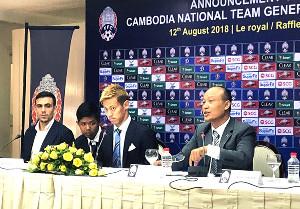 カンボジア代表のGMに就任したことを発表する本田圭佑(右から2人目=(C)HONDA ESTILO)