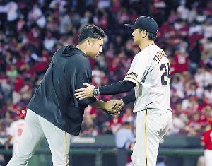 高橋監督(右)と握手を交わす