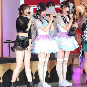 2017年AKBユニットじゃんけん大会、新女王となったな「fairy w!nk」の運上弘菜、荒巻美咲と指原莉乃