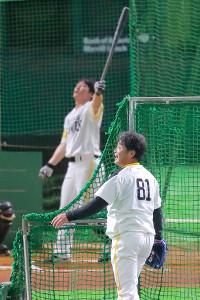 甲斐(奥)の打撃練習で投手を務め、打球を見つめる工藤監督