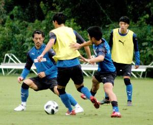 紅白戦で激しくボールを奪い合う川崎の選手たち(左からMF家長、下田、大島、森谷)