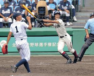 8回2死三塁、大阪桐蔭・藤原が2ランを放つ(左は沖学園・斉藤=カメラ・石田 順平)