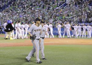 9回1死満塁、川端にサヨナラ打を打たれ引き揚げる長野と重信(カメラ・中島 傑)